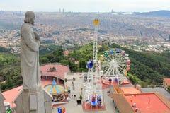Парк атракционов Tibidabo и город Барселоны увиденный от церков Cor Sagrat, Барселоны, Каталонии, Испании стоковые изображения