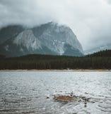 Парк верхнего озера Kananaskis, Kananaskis, Альберта, Канада 1-1 привод 2 часов к западу от Калгари Облака и ветреное стоковая фотография