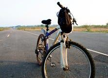 Парк велосипеда в проселочной дороге Стоковая Фотография
