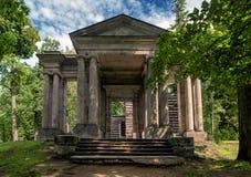 Парк дворца Gatchina Дом березы В фронте портальная маска Стоковое Фото