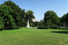 Парк дворца Hofburg с статуей Mozart в Австрии - вене стоковое фото rf