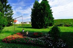 Парк города с зданием администрации города стоковое фото rf
