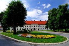Парк города с зданием администрации города стоковые изображения