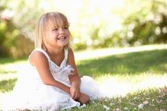 парк девушки представляя детенышей Стоковое Изображение