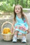 парк девушки ребенка играя pumpking Стоковые Изображения RF