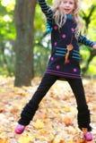 парк девушки скача Стоковое Изображение RF