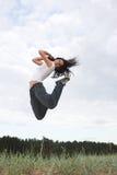 парк девушки скача стоковое изображение