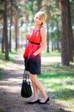 парк девушки стоя молод Стоковое Фото
