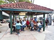 Парк домино на Calle Ocho в меньшей Гаване, Майами, Флориде стоковые фотографии rf