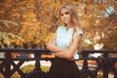 парк девушки осени предназначенный для подростков Стоковые Фотографии RF