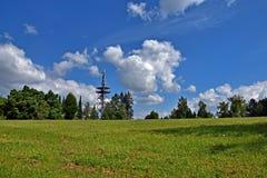 Парк, деревья и пасмурное голубое небо Стоковые Изображения