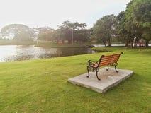Парк деревянной скамьи публично Стоковое Изображение