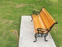 Парк деревянной скамьи публично Стоковое Изображение RF