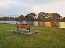 Парк деревянной скамьи публично Стоковые Фотографии RF