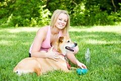 Парк: Женщина дает воду собаки Стоковые Фото