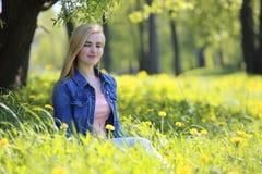 Парк женщины весной Стоковое Изображение RF