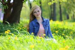 Парк женщины весной Стоковая Фотография