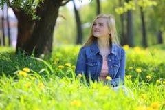 Парк женщины весной Стоковые Изображения RF
