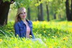 Парк женщины весной Стоковое Фото
