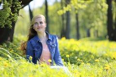 Парк женщины весной Стоковое фото RF
