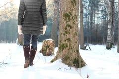 Парк зимы прогулки женщины ботинка ноги Стоковые Изображения
