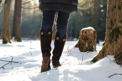 Парк зимы прогулки женщины ботинка ноги Стоковое Изображение
