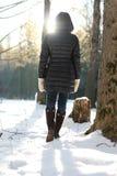 Парк зимы прогулки женщины ботинка ноги Стоковое Изображение RF