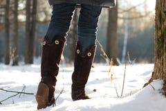 Парк зимы прогулки женщины ботинка ноги Стоковое Фото