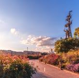 Парк искусств Muzeon в цветках i памятник peter к Стоковая Фотография