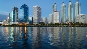 Парк и озеро в главном городе стоковая фотография rf