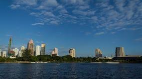 Парк и озеро в главном городе стоковое изображение rf