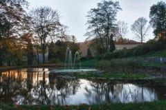 Парк и озеро осени на заходе солнца Стоковая Фотография RF