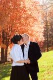 Парк и целовать пар осени идя Прогулка друзей осени внешняя Стоковое Изображение RF