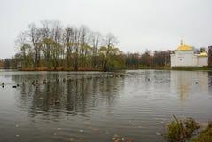 Парк Катрина в Tsarskoe Selo, утках, большом пруде и турецкой ванне Стоковое Фото