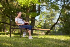 парк книги супоросый сидит детеныши женщины Стоковые Фото