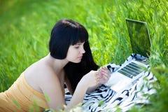 парк компьтер-книжки девушки Стоковое Фото