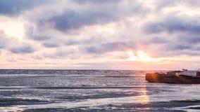Парк корабля топливозаправщика в море, нефтяном нефтян сырой нефти и топливозаправщике LPG загрузка на заходе солнца видео Вид на Стоковые Изображения