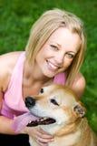 Парк: Милое предприниматель собаки с любимчиком Стоковое Изображение