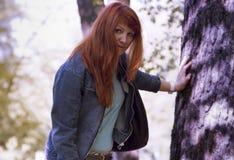 Парк молодой женщины весной Стоковая Фотография