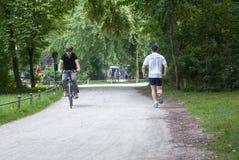 Парк Мюнхена Englischer, Германия 8-ое июля: Неопознанные люди как стоковые фото