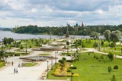 Парк ` на ` стрелка в пасмурном после полудня в июле yaroslavl Стоковое Фото