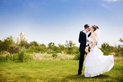 парк невесты целуя Стоковая Фотография