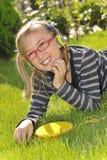 парк нот девушки слушая Стоковое Фото