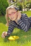 парк нот девушки слушая Стоковое Изображение RF