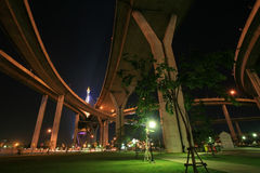 парк ночи ландшафта моста bhumibol вниз Стоковое фото RF
