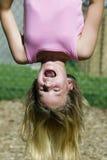 парк обезьяны девушки штанг играя детенышей Стоковые Фото