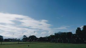 Парк общины с белыми облаками в голубом небе стоковая фотография