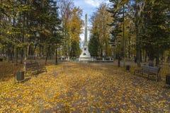 Парк осени в полдень стоковая фотография rf