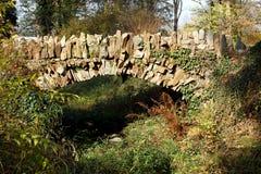Парк осени и славный каменный мост стоковая фотография rf
