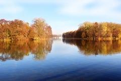 парк осени красивейший Осень в Минске валы листьев осени Ландшафт осени Парк в осени Отражение зеркала деревьев в wa Стоковое фото RF